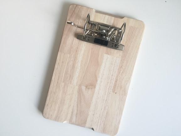 DIY Klemmbrett aus einem Aktenordner auf einem Brett