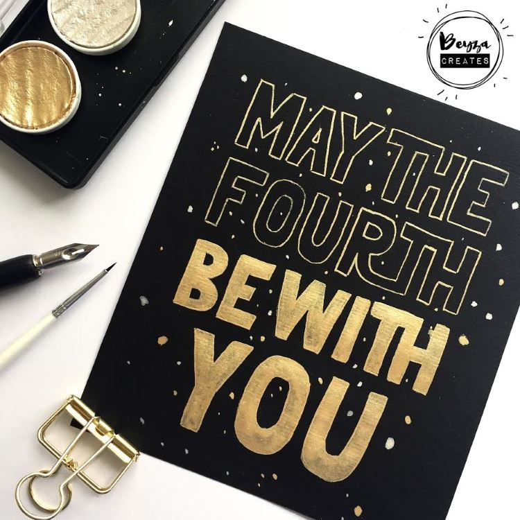 goldenes Lettering auf schwarzem Papier - may the fourth be with you