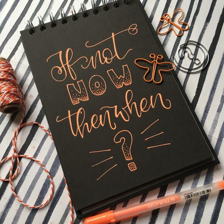 oranges Lettering auf schwarzem Papier - if not now then when?