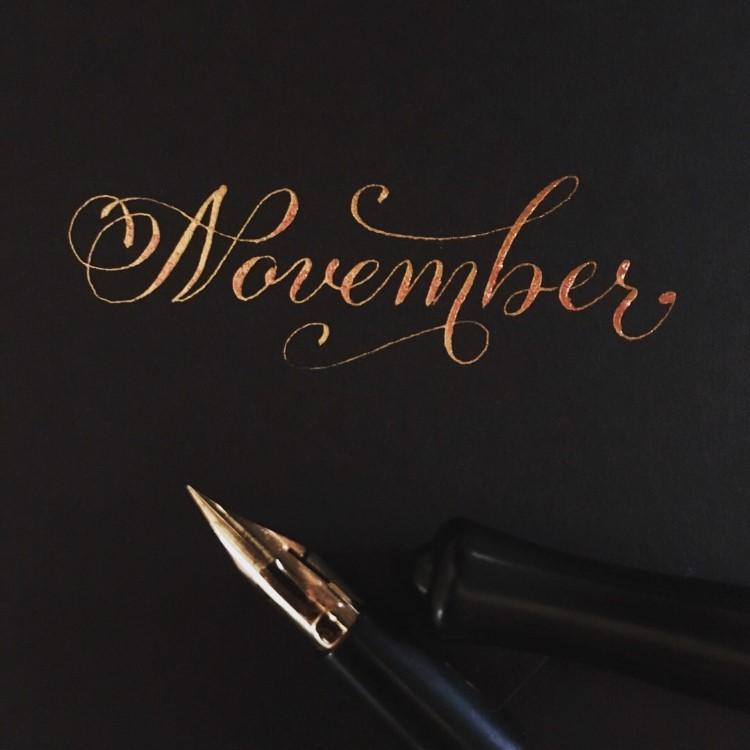 November - Kalligrafie mit Schnörkeln in Gold
