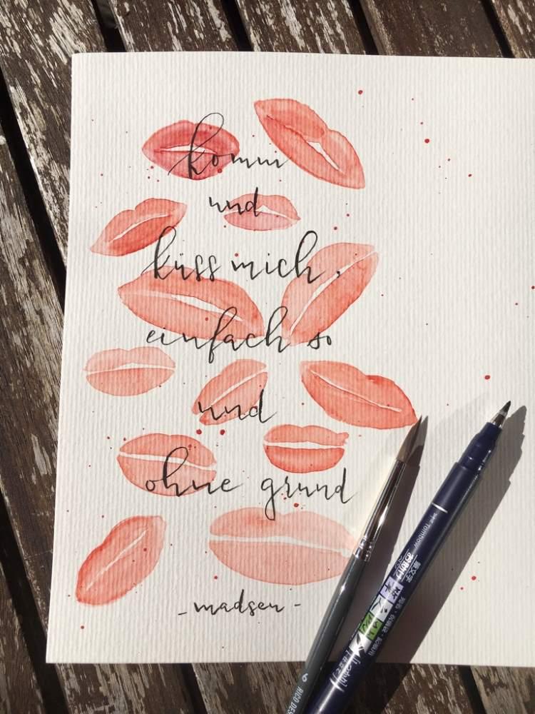 Handlettering Spruch Küssen - mit Lippen im Hintergrund