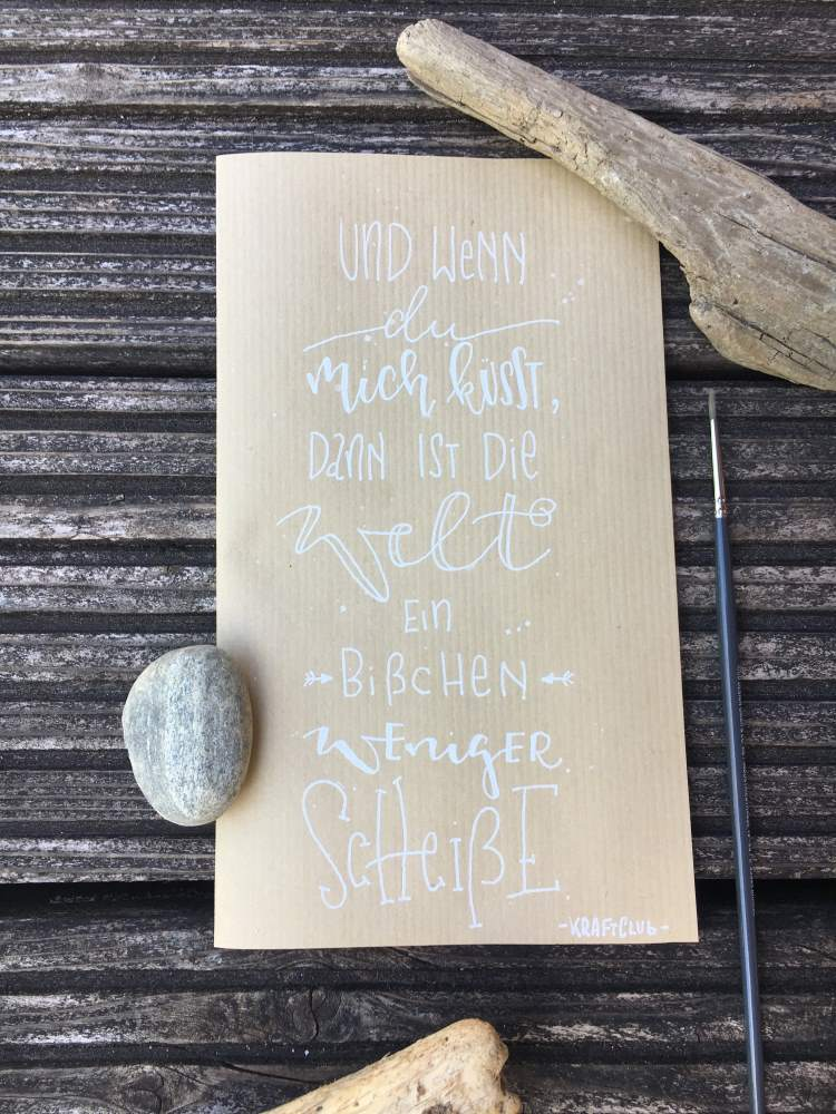 weisses Handlettering auf Kraftpapier - inspirierender Spruch