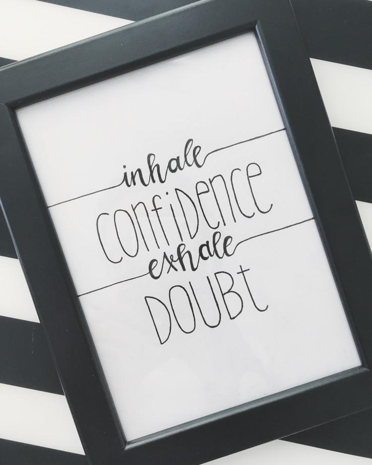 Handlettering in einem Bilderrahmen: inhale confidence exhale doubt