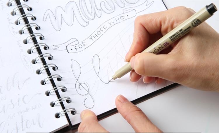 Lettering Skizze mit Fineliner nachzeichnen