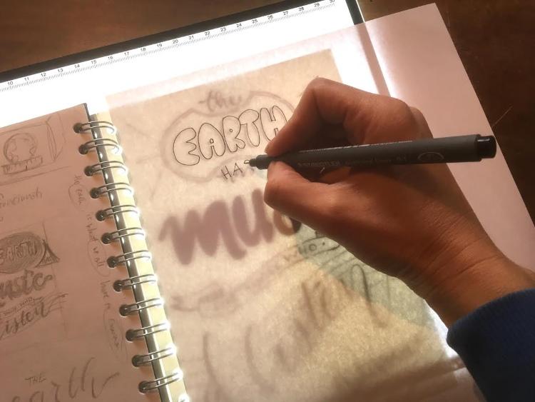 Lettering auf einem Lichtpult zum abpausen