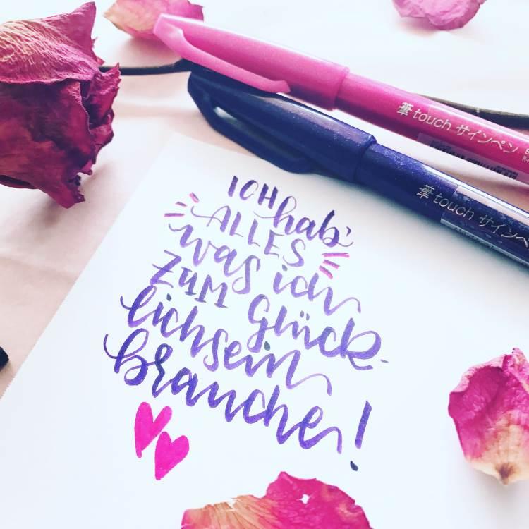 Brushlettering in Violett: Spruch ich hab alles was ich zum glücklilchsein brauche