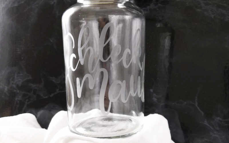 Geschenkidee zum selbermachen: Schleckmaul als Lettering mit Ätzpaste auf einem Glas verewigen