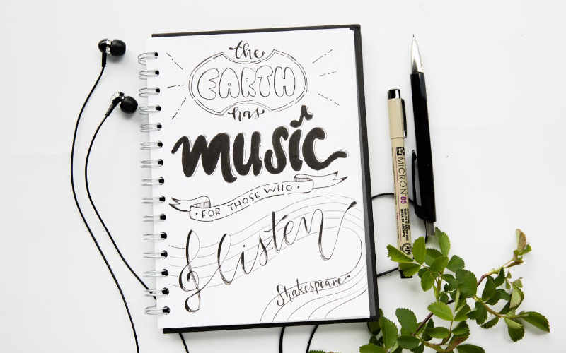 Handlettering Zitat von Shakespeare - the earth has music for those who listen - Einfache Anleitung zum Zitate lettern