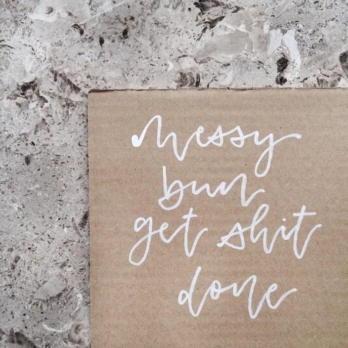 messy bun get shit done - Handlettering in weiss auf Karton