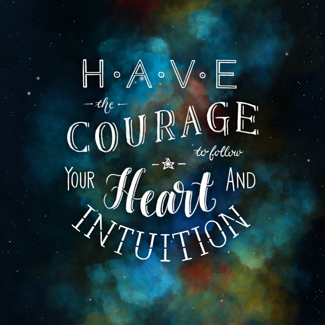 handlettering mit wolkigem Hintergrund: have the courage to follow your heart and intuition