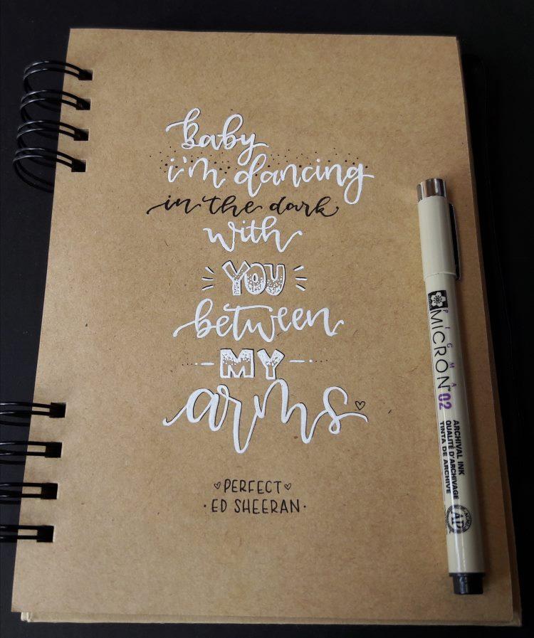Lettering Spruch von einem Song von Ed Sheeran - weiss und schwarz auf Kraftpapier