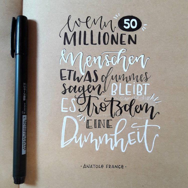 schwarz - weisses Lettering auf Kraftpapier: wenn 50 Millionen Menschen etwas dummes sagen bleibt es trotzdem eine Dummheit