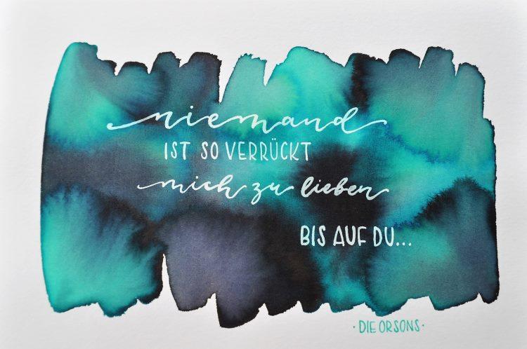 Handlettering auf blau-grünem Aquarell Hintergrund: niemand ist so verrückt mich zu lieben bis auf du