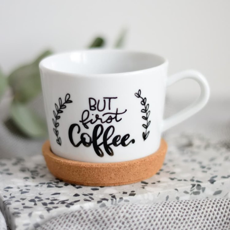 Handlettering auf einer Kaffeetasse: but first coffee
