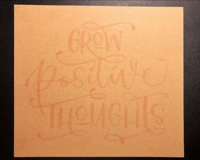 schritt 1 für ein Lettering auf Kraftpapier: mit einer hellen Farbe vorschreiben