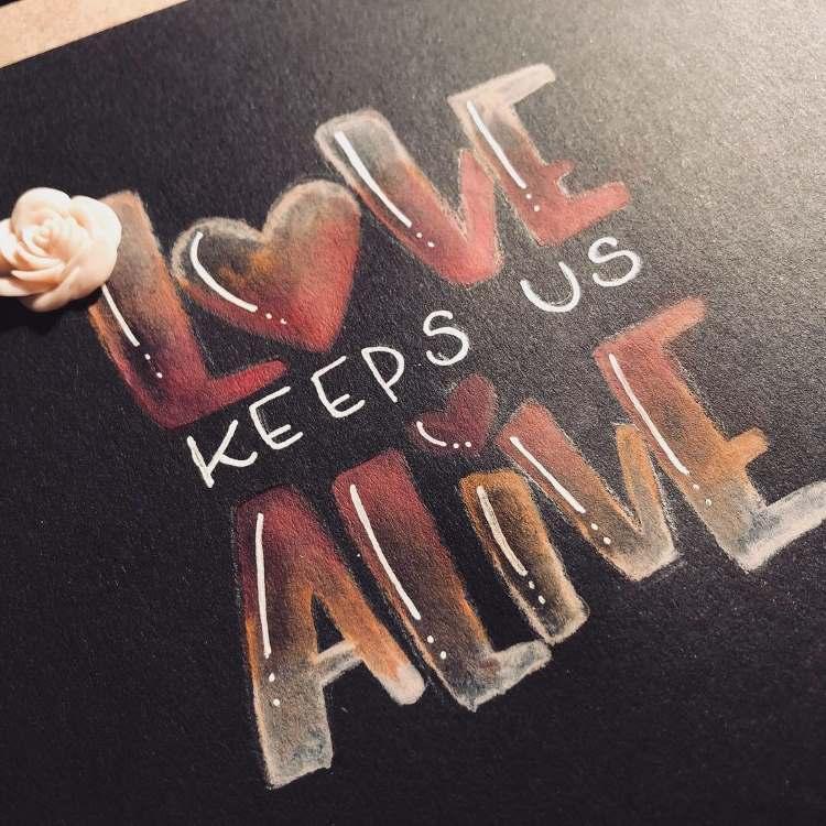 Love keeps us alive - Handlettering auf schwarzem Papier