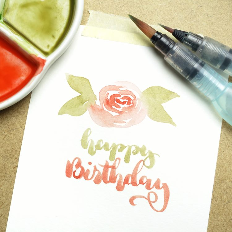 happy Birthday Handlettering mit einer Aquarellblume
