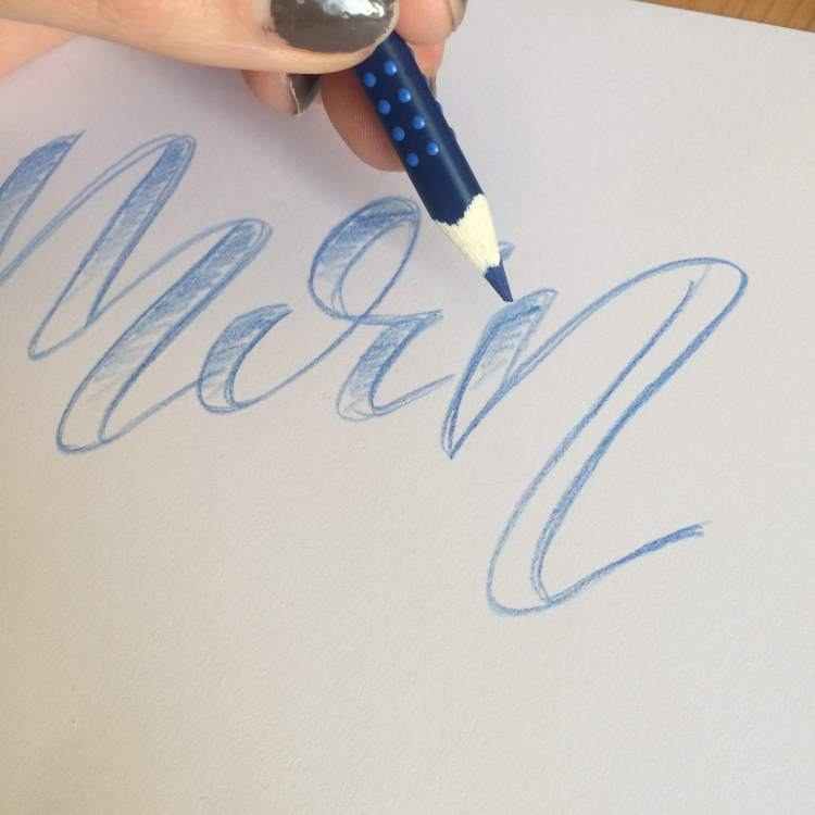 Lettering mit Faux Calligraphy mit Buntstiften ausmalen