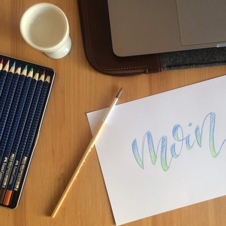 Vorarbeit für ein verblendetes Lettering mit aquarellierbaren Buntstiften