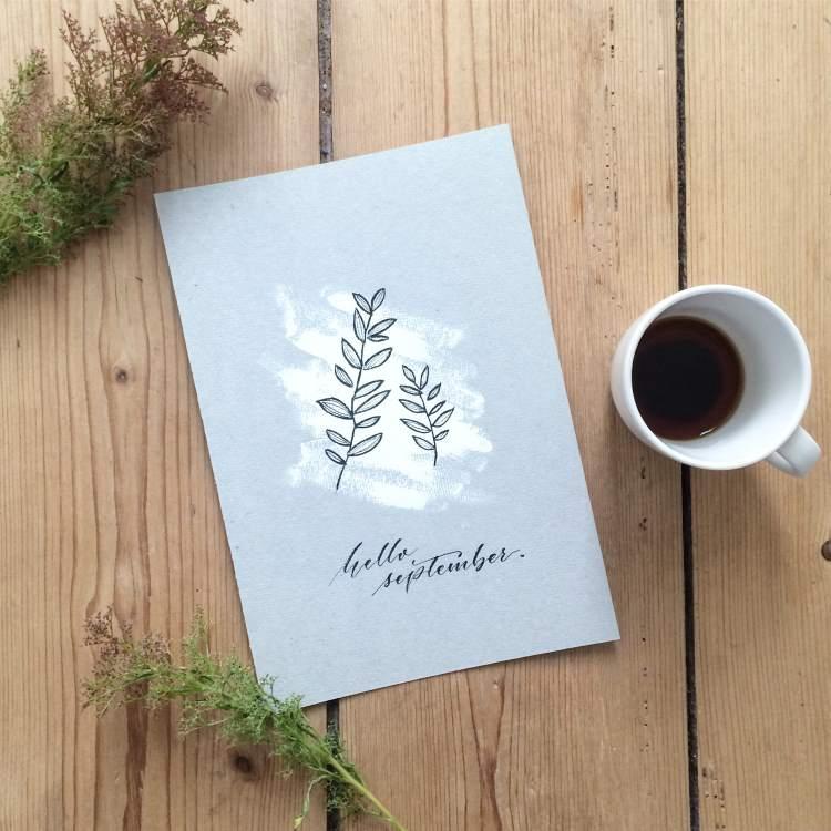 Handlettering hello september mit Blätterkranz