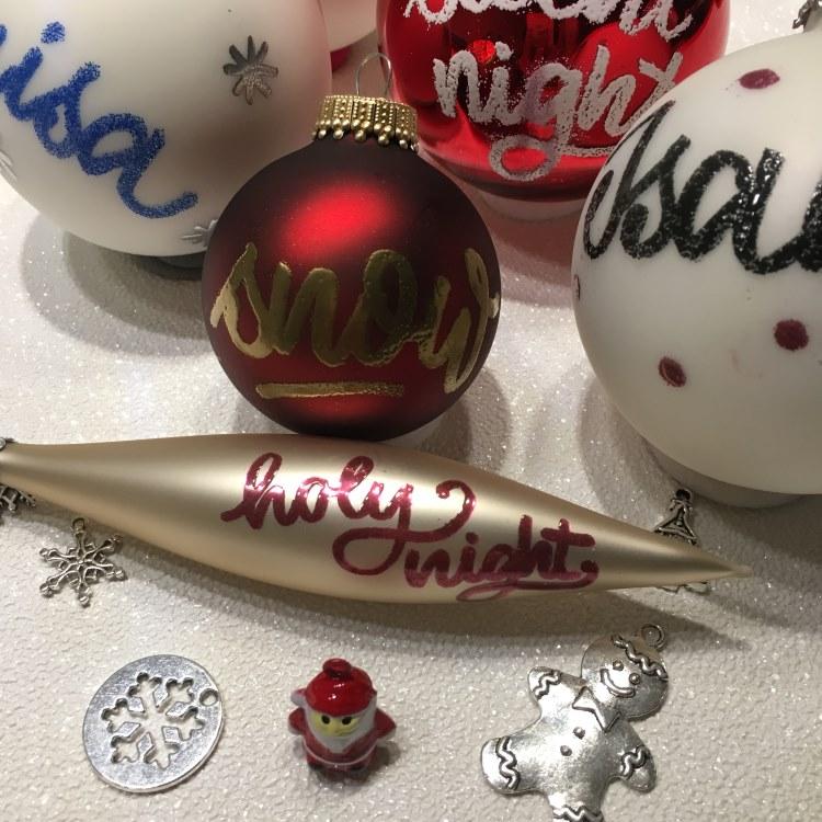 individuelle und personalisierte Weihnachtskugeln - mit Lettering und Embossing verziert