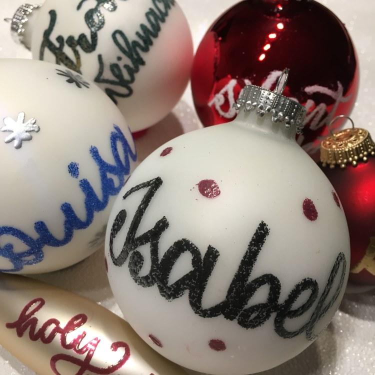 Sammlung von persönlichen Weihnachtskugeln mit Namen - dank Embossing und Handlettering