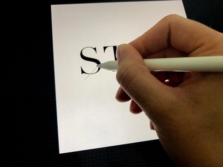 Detailaufnahme - Hand die digitales Lettering macht