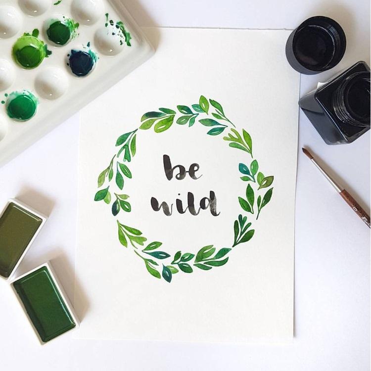 be wild - Brushlettering mit Blumenkranz