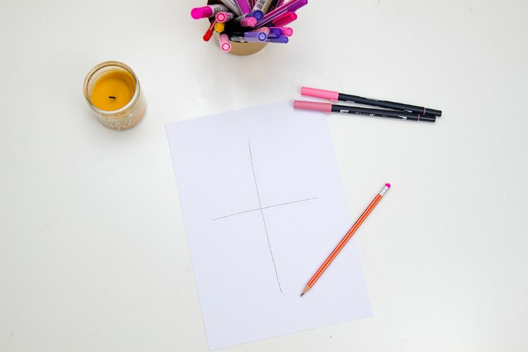 erster Schritt wie du dein Lettering in einer schönen Komposition gestaltest: Kreuz als Guideline