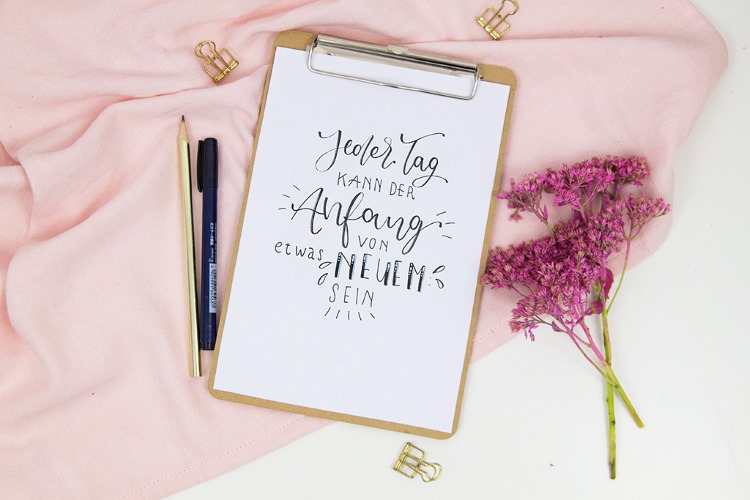 Lettering Spruch: Jeder Tag kann der Anfang von etwas Neuem sein
