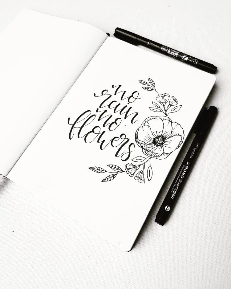 schwarzweisses Lettering mit Blumen - no rain no flowers