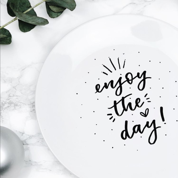enjoy the day - Lettering auf einem Teller