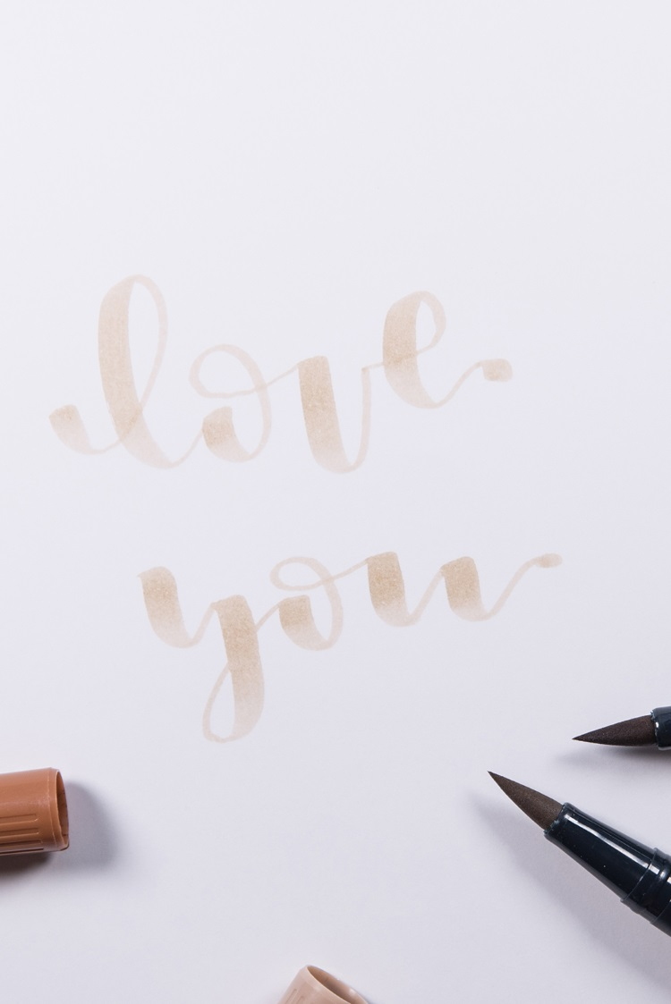 love you - Brushlettering in einer hellen Farbe