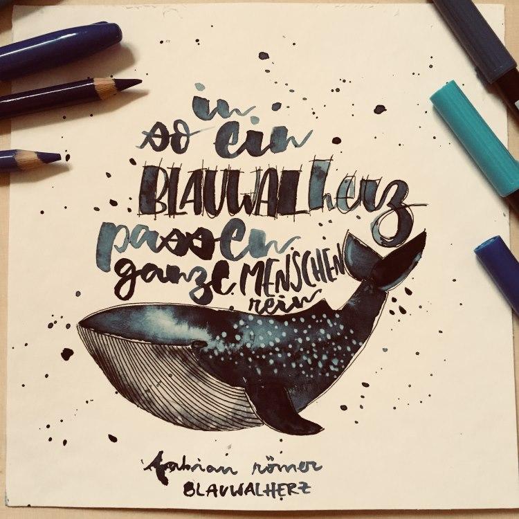 Handlettering mit einem Aquarell Wal - in so ein Blauwal Herz passen ganze Menschen rein