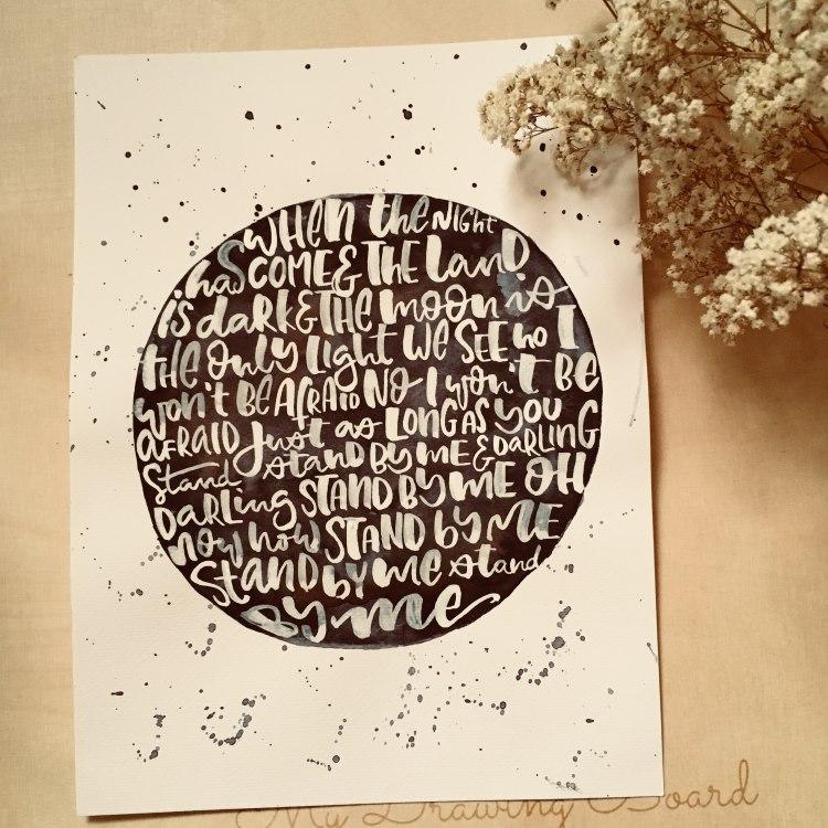 Handlettering in einem Mond