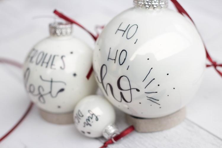 individuelle Dekoration zu Weihnachten mit Handlettering - Kugeln belettern