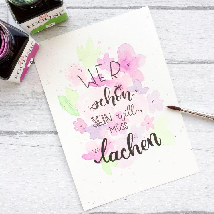 Handlettering mit Aquarellblumen im Hintergrund: Wer schön sein will muss lachen
