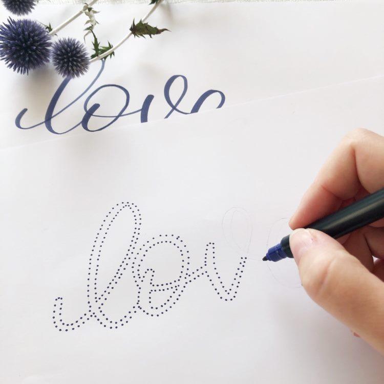 love - ein Lettering aus Punkten im Entstehungsprozess