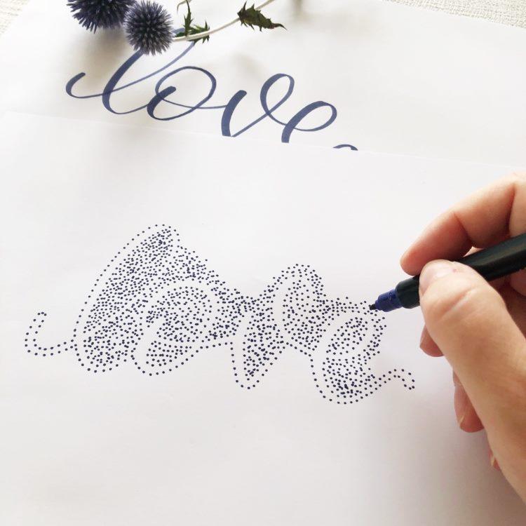 Negativlettering mit Punkten - so sieht das Lettering kurz vor Vollendung aus