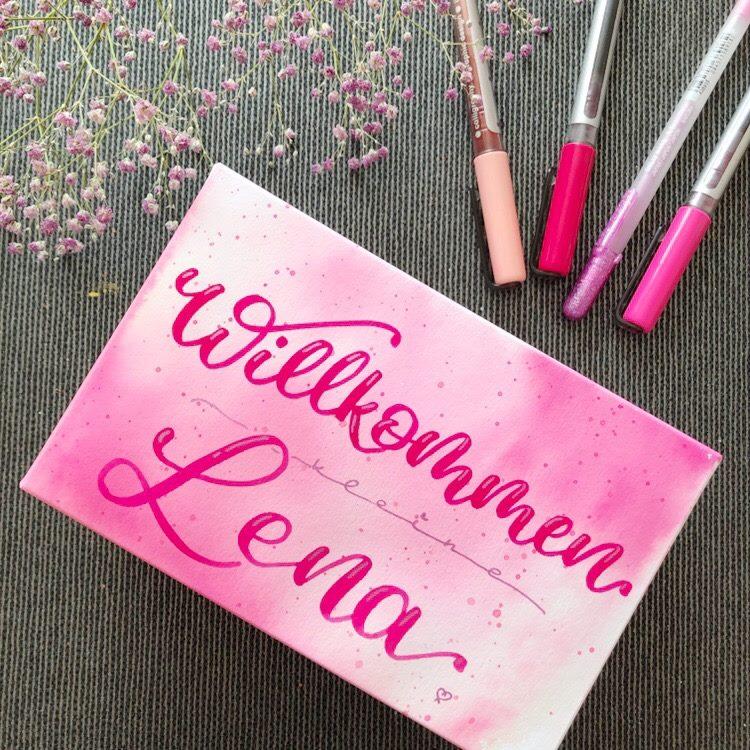 Handlettering in pink: willkommen kleine Lena
