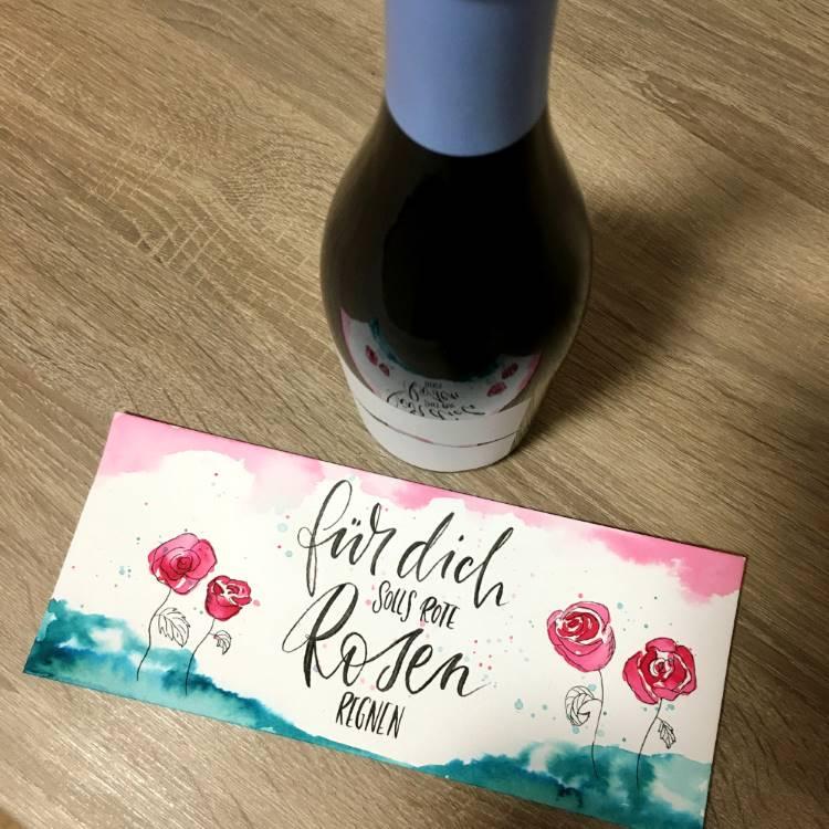 für dich solls rote Rosen regnen - einfaches Lettering mit Aquarellblumen auf einer Weinbanderole als individuelles Geschenk