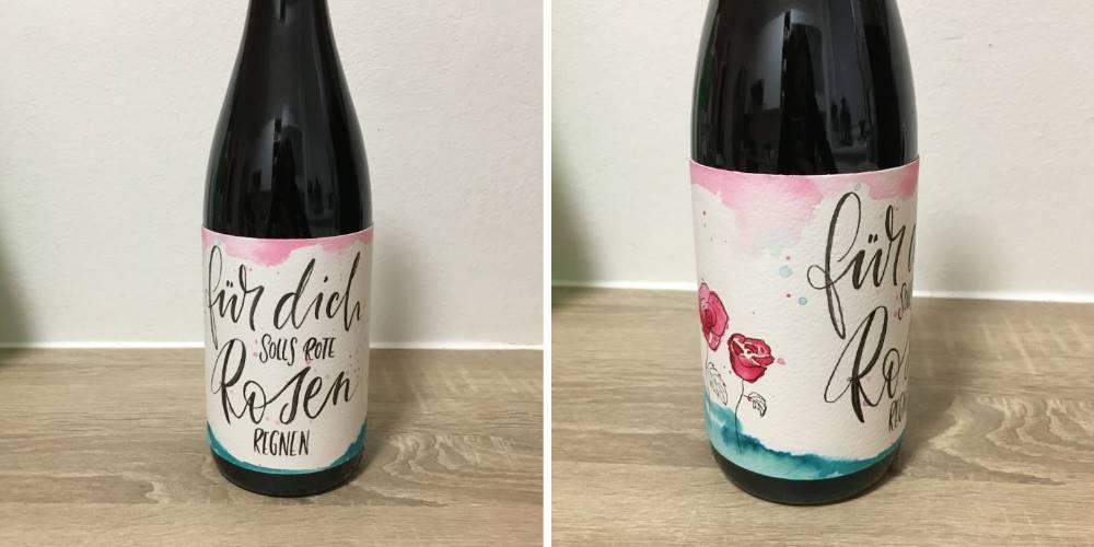 Lettering auf einer Weinbanderole: für dich solls rote Rosen regnen - individuelle Geschenkidee