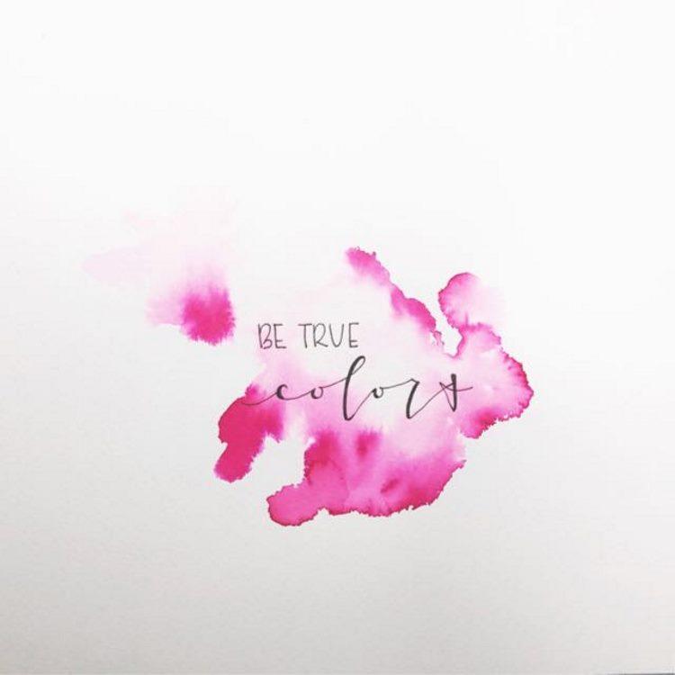be true colors - Handlettering auf einem Watercolor Hintergrund