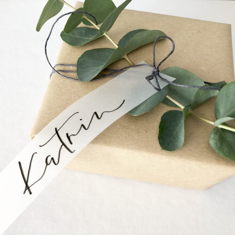Katrin - Geschenkanhänger an einem Paket mit Lettering