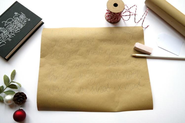 Lettering auf Packpapier vorschreiben um damit ein Geschenk hübsch zu verpacken