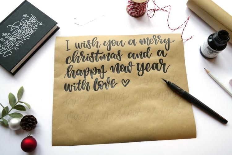 Geschenk hübsch verpacken und Lettering aufs Packpapier schreiben