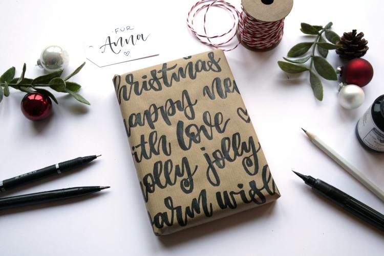 Geschenk hübsch verpacken mit Lettering Wörtern auf dem Geschenkpapier