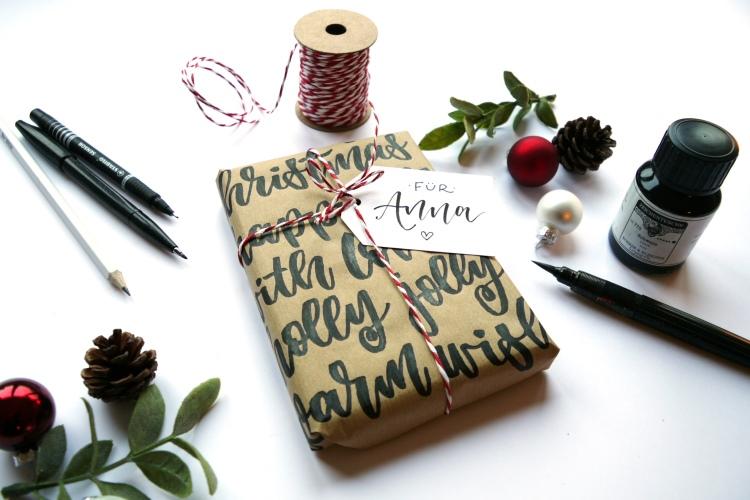 Geschenk persönlich verpacken mit Handlettering auf dem Geschenkpapier