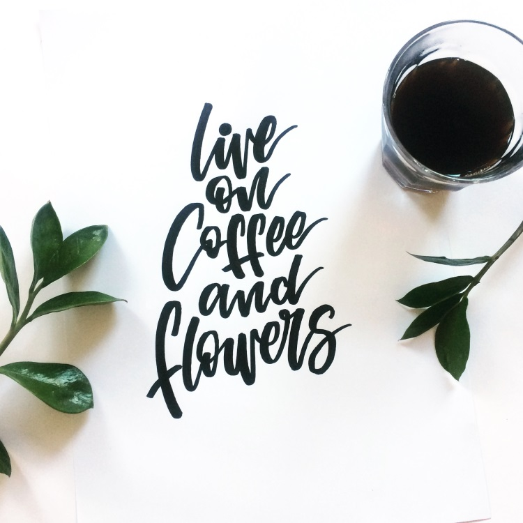 schwarzes Brushlettering: live on coffee and flowers