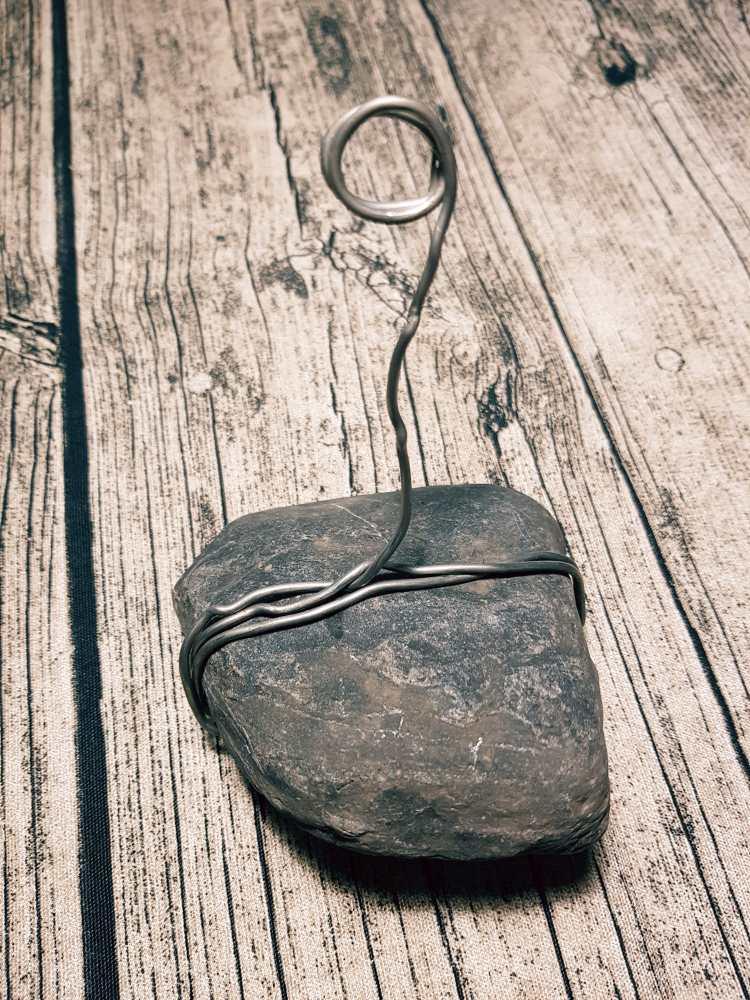 Draht um einen Stein wickeln für einen DIY Lettering Halter